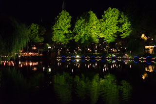 Lac dans le parc d'attractions Tivoli (de nuit), Copenhague, Danemark